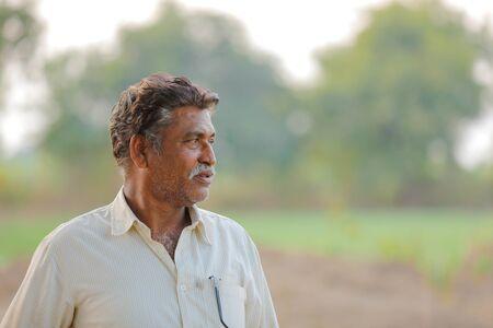 Indyjski rolnik na polu