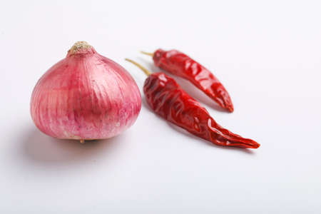 Dry red chili and onion on white Stockfoto