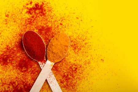 Turmeric and chili powder in spoon Stockfoto