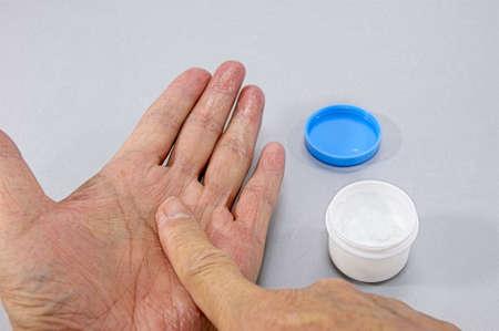 Wie eine topische Creme Malerei aufgeraut für seine Hände. Standard-Bild - 60472821
