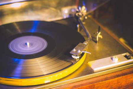 Close-up bij vintage grammofoon. Oud liedje spelen, vintage record speler met vinyl schijf Stockfoto - 82187580