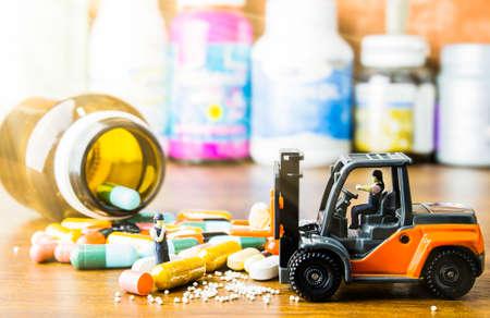 Receta de medicamentos para medicamentos de tratamiento. Medicamento farmacéutico, cura en recipiente para la salud. Tema de farmacia, píldoras de cápsula con antibiótico de medicina en paquetes. De cerca, Medicina o cápsulas.