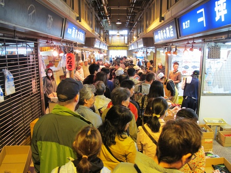 YOKOHAMA,JAPAN - OCTOBER 28, 2012: Tourists visit Yokohama fish market. It is the biggest fish market in Yokohama. Stock Photo - 17262295