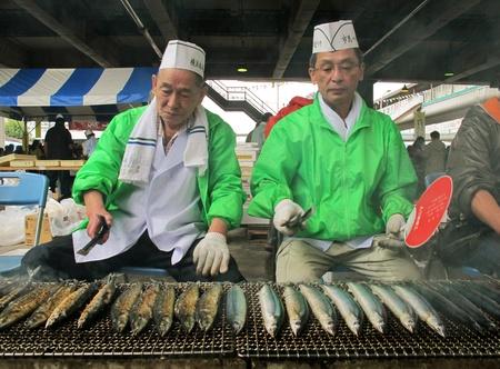 YOKOHAMA,JAPAN - OCTOBER 28, 2012: Merchants sell grilled fish at Yokohama fish market. It is the biggest fish market in Yokohama. Stock Photo - 17262284