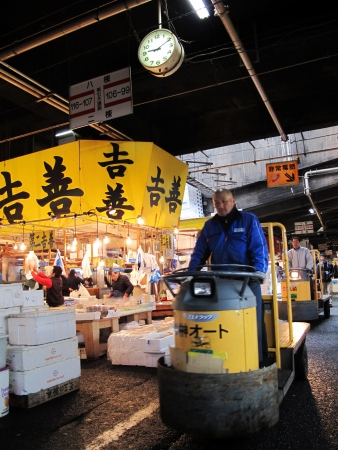 TOKYO - MARCH 23, 2012: Seafood merchant sell fish and seafood in Tsukiji fish market. It is the biggest wholesale seafood market in Tokyo, Japan. Stock Photo - 17262294