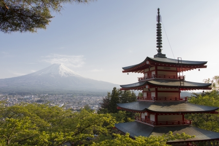 赤い塔と背景としての富士山