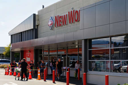 Motueka, South Island, New Zealand, March 30 2020 Social distancing rules in a queue outside a supermarket in New Zealand, people try to keep a 2 metre distance between themselves while waiting 版權商用圖片 - 143730733