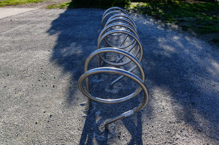 A bicycle rack or bike stand which is stylishly curved in silver metal 版權商用圖片 - 149620370