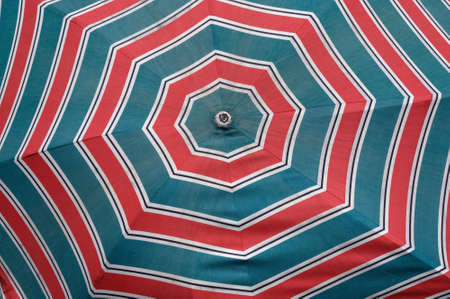 A closeup of the pattern on a bright red and blue beach umbrella 版權商用圖片