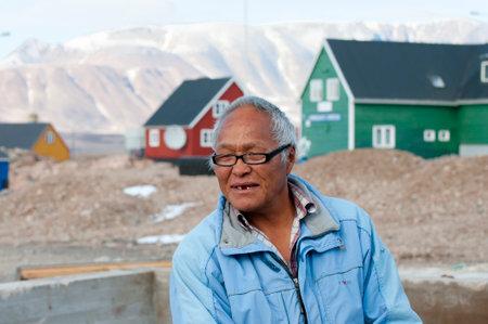 esquimales: Ittoqqortoormiit, Groenlandia - 9 de septiembre de 2012: El viejo que vive en este pequeño pueblo en el lado oriental de la isla. La economía principal es la caza de ballenas y osos polares.