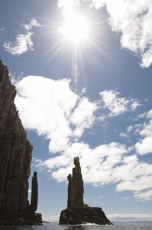 obrero: La silueta del monumento - Isla Bruny - Tasmania Foto de archivo