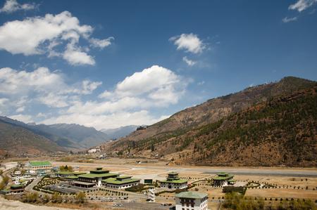 山 - ブータンのパロ空港 写真素材 - 55641147