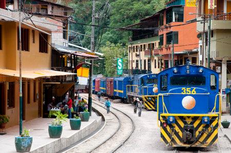 マチュピチュの麓に観光客をもたらすアグアス ・ カリエンテス, ペルー - 2014 年 9 月 10 日: ペルー ・ レイル電車 写真素材 - 59393309