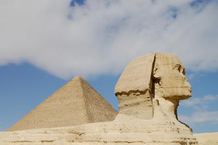 sphinx: Esfinge y la pirámide de Kefrén - Egipto Foto de archivo