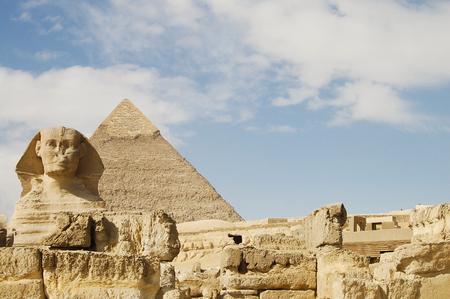 esfinge: Esfinge y la pirámide de Kefrén - Egipto Foto de archivo