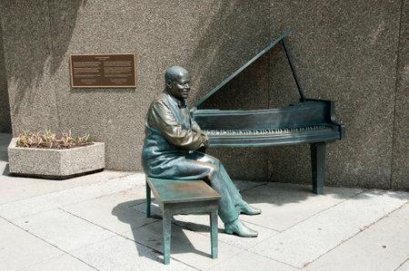 pianista: OTTAWA, CANADA - May 26, 2015: Statue of Canadian jazz pianist Oscar Peterson