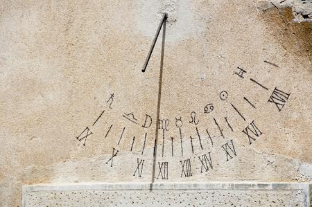 reloj de sol: reloj de sol antiguo Foto de archivo