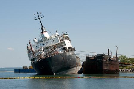 転覆した船 - Beauharnois - カナダ 写真素材