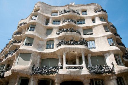 바르셀로나, 스페인 - 2016 년 5 월 24 일 : La Pedrera (카사 밀라)는 카탈로니아 건축가 Antoni Gaudi가 디자인 한 독특한 현대식 건물입니다.