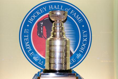 Toronto, Canadá - 9 marzo 2016: Copa Stanley en exhibición en el salón de la fama del hockey. El trofeo se entrega al campeón de la NHL cada año.