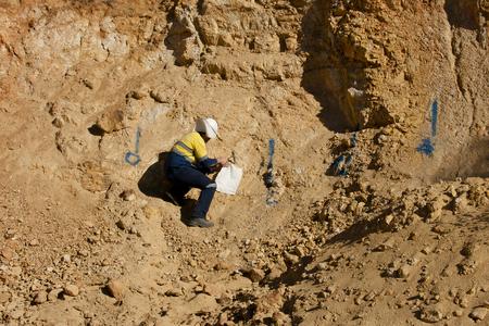 地質学者サンプリング岩 - オーストラリア