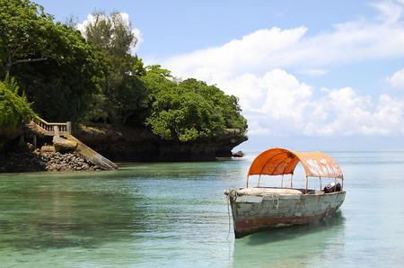 Chumbe 島 - ザンジバル - タンザニアの近くのボートします。 写真素材 - 65804929