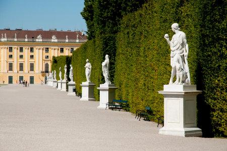 schloss schonbrunn: Schonbrunn Statues- Vienna - Austria Editorial