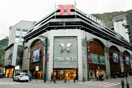 ピレネー山脈アンドラはアンドラの最大のマルチ ブランド ショッピング モール ・高級ファッション ・免税品の究極のショッピングの目的地は、ア