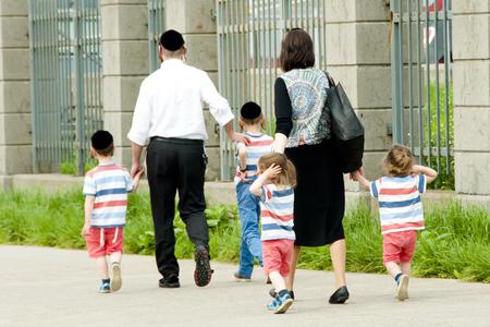 Hasidic Jewish Family Archivio Fotografico