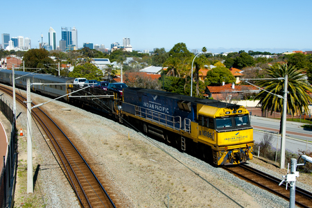 Perth, Australia - 16 września 2018: Pociąg pasażerski Indian Pacific, który kursuje między Sydney, na Oceanie Spokojnym i Perth, na Oceanie Indyjskim