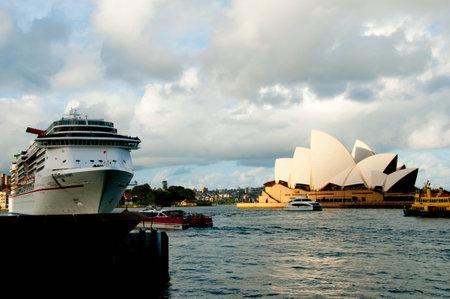 SYDNEY, AUSTRALIA - April 4, 2018: Iconic Opera House & a passenger cruise ship in the Circular Quay Standard-Bild - 115713848