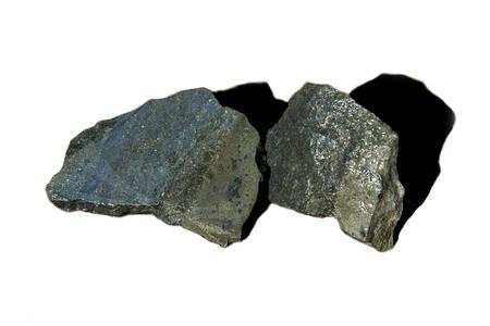 Roca de mineral de níquel sobre fondo blanco.