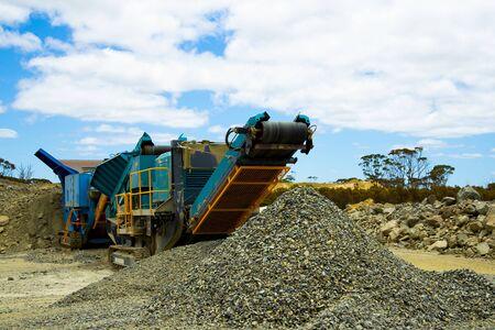 Concasseur de roches mobile sur le terrain