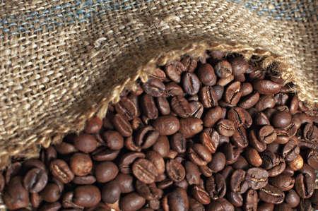 sacco juta: chicchi di caffè torrefatto nel sacco di iuta