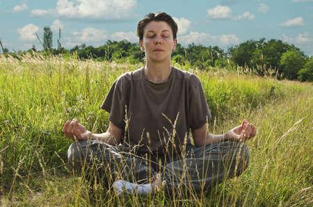 mujer meditando: Mujer meditando en la naturaleza