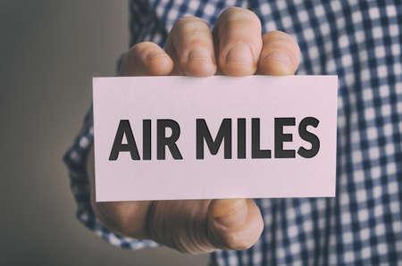 ビジネスマンは、航空マイル カードを示しています 写真素材