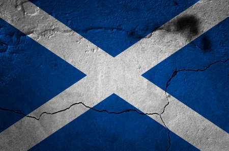 금이 간 콘크리트 벽에 스코틀랜드 국기