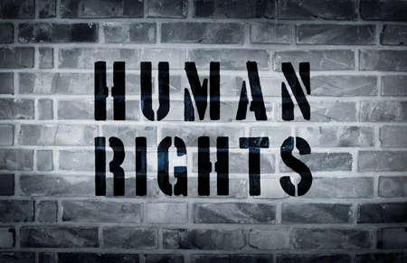 Mening van de mensenrechten stencil op de grunge witte bakstenen muur