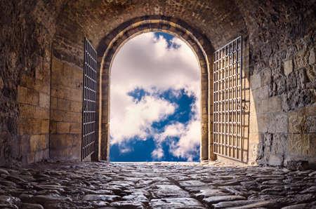Tür zum Himmel. Gewölbte Passage zum Himmel Himmel geöffnet. Licht am Ende des Tunnels. Hoffnung Metapher.
