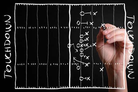 손으로 가상 스크린에 미식 축구 전략 계획을 그렸습니다.