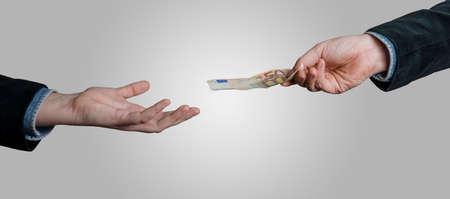 ユーロ通貨を持っているビジネスマンの手は、50 ユーロ紙幣のお金を提供しています。お金、現金、ビジネス、銀行、融資の概念で支払いを与えま