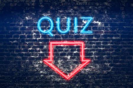 Quiz neon teken op donkere bakstenen muur achtergrond