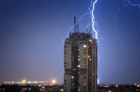 Thunderstorm over night city Stockfoto