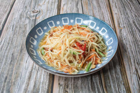 Papaya salad on the wooden table, Thai food. Banque d'images