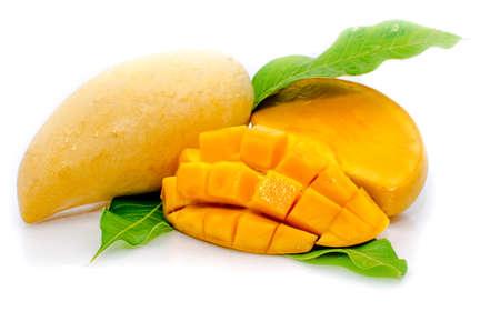 Mango met sectie op een witte achtergrond