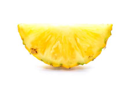 Dwarsdoorsnede van een ananas op een witte achtergrond