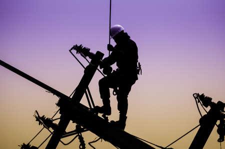 Elektricien lineman reparateur werknemer bij het klimmen werk op elektrische post hoogspanningsmast