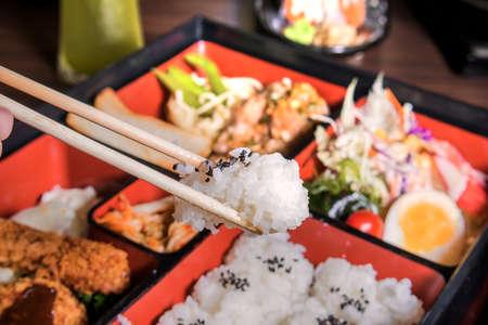 Japanse keuken. lunch box set op de achtergrond