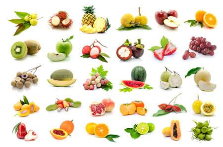 mango fruta: conjunto de frutas sobre fondo blanco.