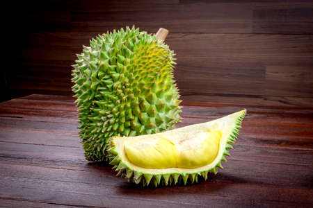 yellow Durian on wooden table Imagens - 39599270